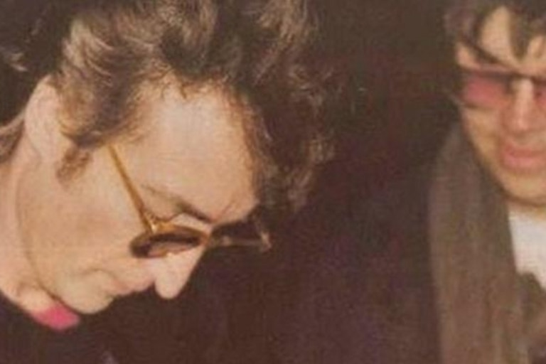 La foto que tomó Paul Goresh del momento en el que John Lennon le firmó el álbum a Mark Chapman, el fan que lo asesinó