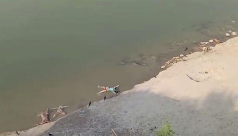 Una captura de video muestra cuerpos flotando en el río en el estado de Uttar Pradesh