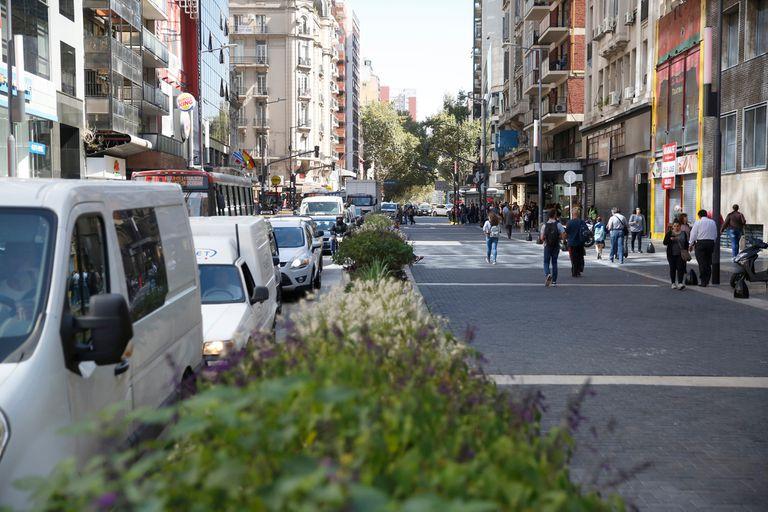 Entre Callao y Libertad, media arteria tiene asfalto normal y del otro lado, una especie de empedrado para uso peatonal