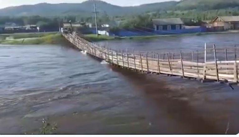 Rusia: intentó cruzar un puente colgante durante la crecida de un río pero calculó mal