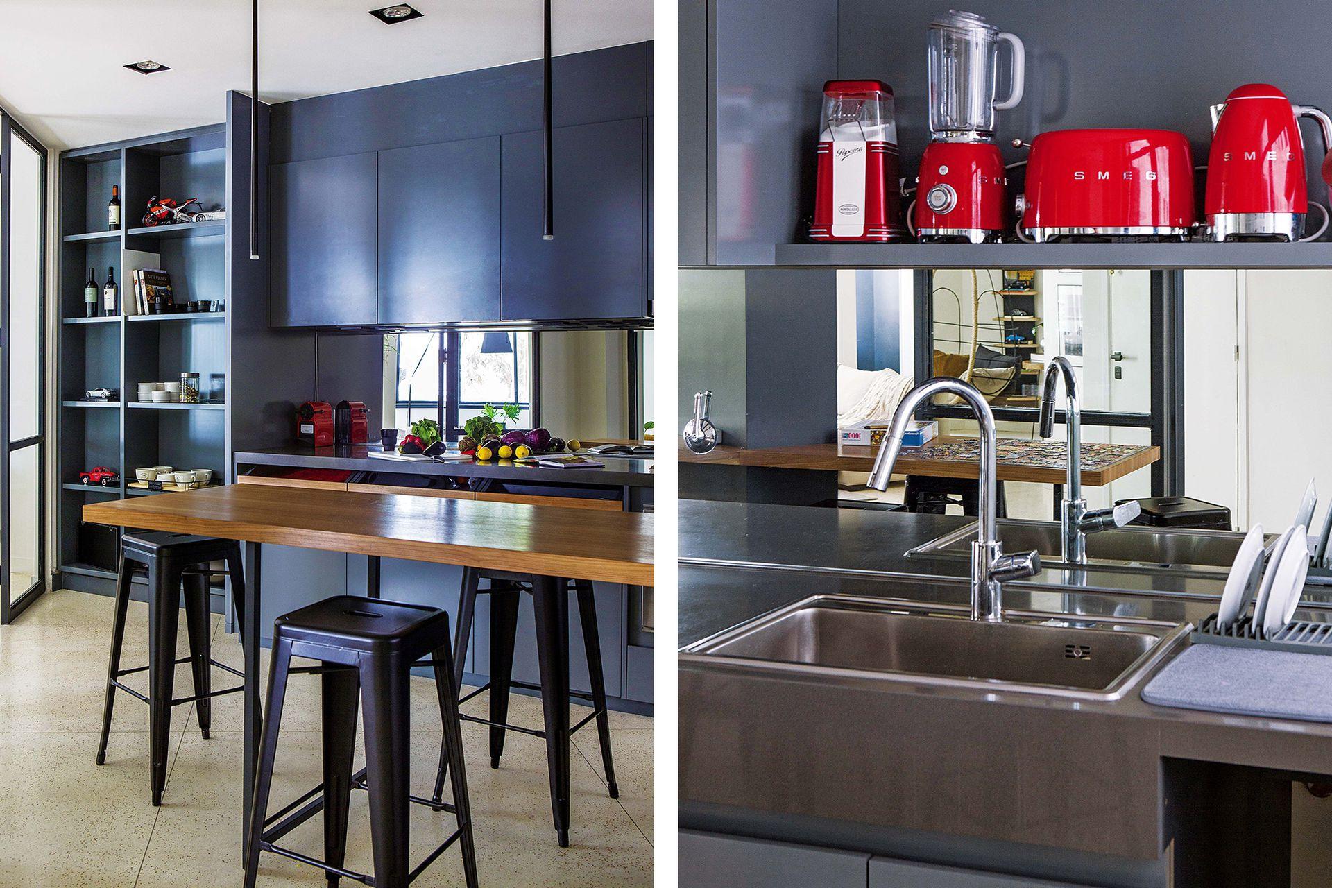 Banquetas 'Tolix' en negro y electrodomésticos rojos de Smeg.