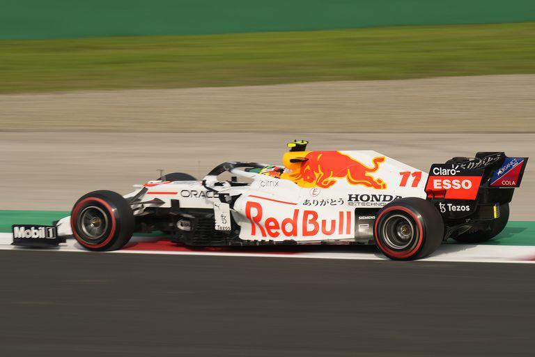 Red Bull en blanco por una carrera, como homenaje a su proveedor de motores, Honda; el mexicano Sergio Pérez fue el mejor de sus dos pilotos en las prácticas del Gran Premio de Turquía de Fórmula 1.