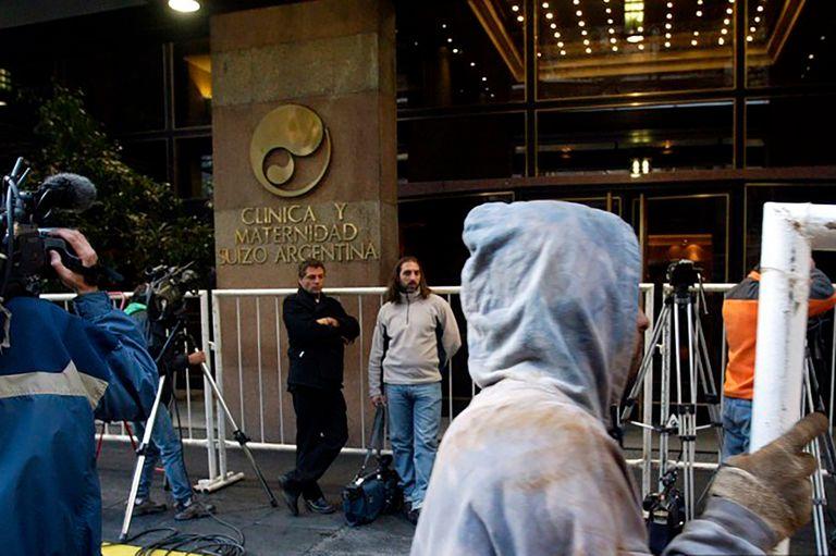 Guardia periodística afuera de la clínica Suizo Argentina, en donde estuvo internado el 5 de mayo de 2004.