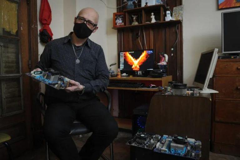 Desde que arrancó la cuarentena, Jorge armó 12 computadoras