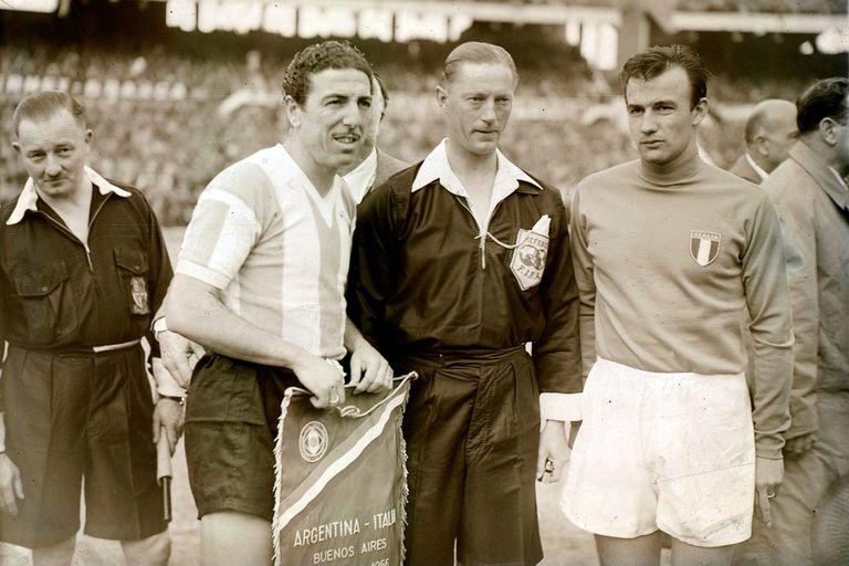 Angel Laburna, capitán argentino en el triunfo por 1 a 0 sobre Italia en 1956, en el Monumental