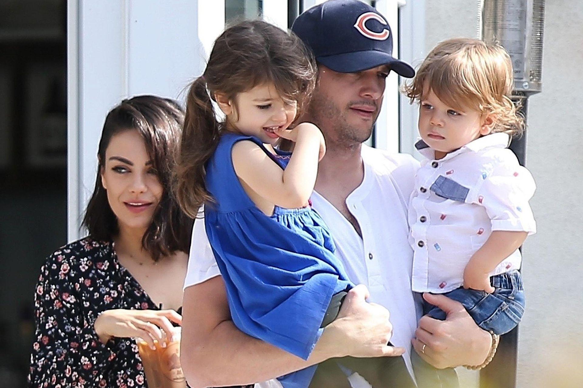 Mila Kunis y Ashton Kutcher y sus hijos