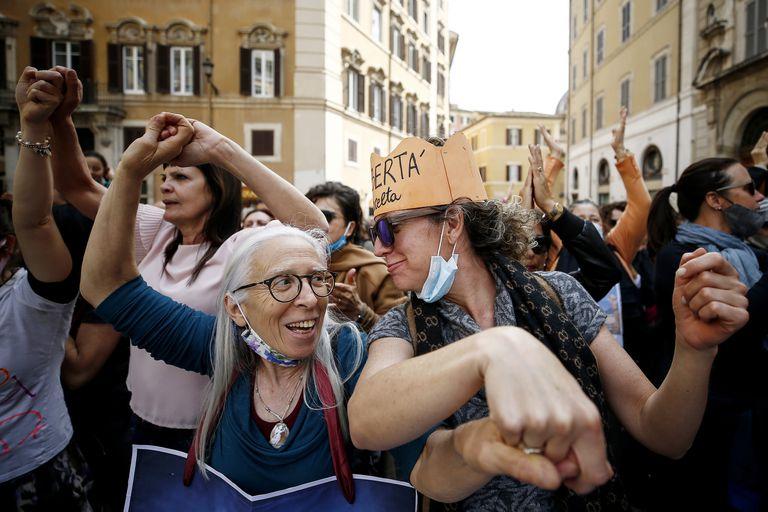 La gente se reúne frente al Palacio de Montecitori para participar en una protesta contra la obligación de vacunarse contra el coronavirus, en Roma