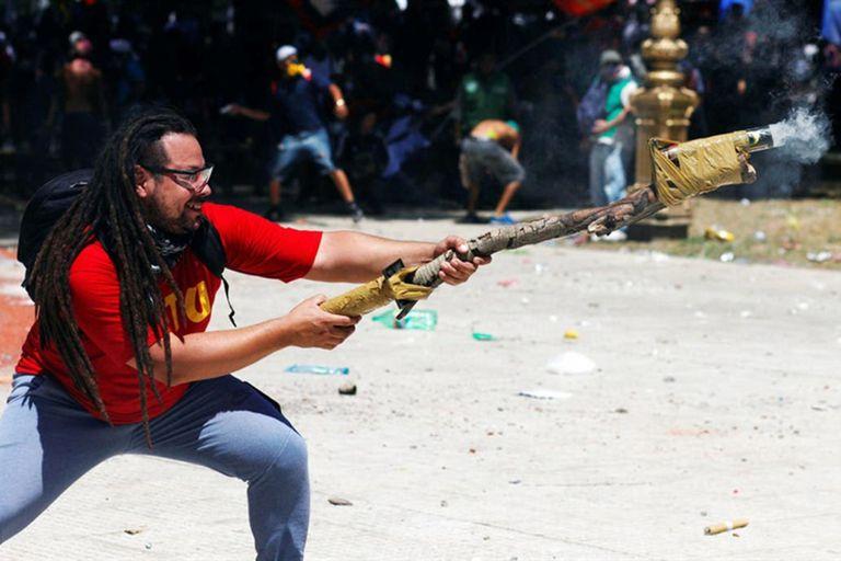 Sebastián Romero, en la imagen que lo hizo famoso, durante las protestas contra la reforma previsional de diciembre de 2017