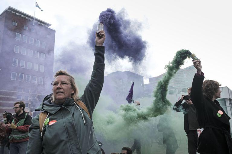 Manifestantes del grupo ecologista Extinction Rebellion protestan cerca de la sede temporal del Parlamento en La Haya, Holanda, el 11 de octubre de 2021. (AP Foto/Patrick Post)