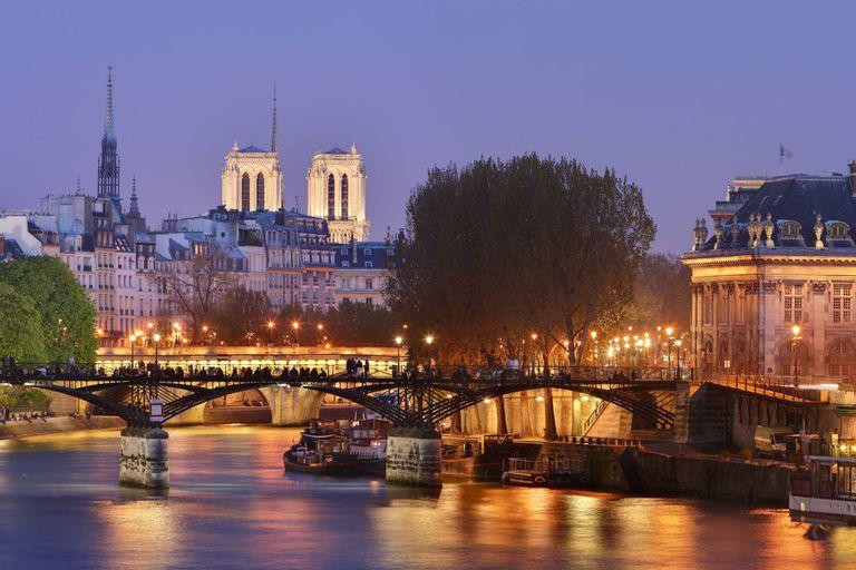 El Puente de las Artes atraviesa el río Sena en el centro de París