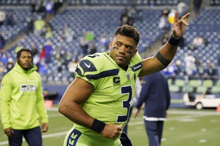 En foto del 7 de octubre del 2021, el quarterback de los Seahawks de Seattle Russell Wilson saluda a los aficionados en el juego ante los Rams de Los Ángeles. El lunes 11 de octubre dle 2021, Wilson es un espectador más en el entrenamiento del equipo y estará fuera por primera vez desde que fue nombrado titular en el 2012 tras someterse a una cirugía en el dedo medio derecho el viernes. (AP Photo/Elaine Thompson)