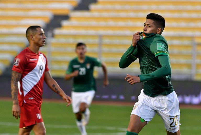 Ramiro Vaca festeja su gol durante el partido de eliminatorias de la Copa del Mundo Catar 2022 que disputan Perú y Bolivia.