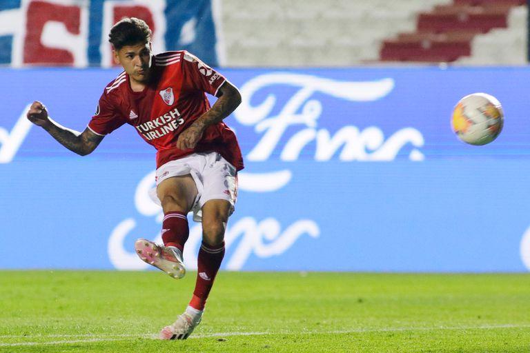 La ejecución perfecta de Jorge Carrascal para anotar el 1-0 de River ante Nacional, en Uruguay, por la Copa Libertadores; la pelota ingresó en el ángulo superior izquierdo del arquero Luis Mejía