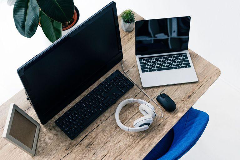 Desde auriculares hasta la silla: el kit básico para trabajar desde casa