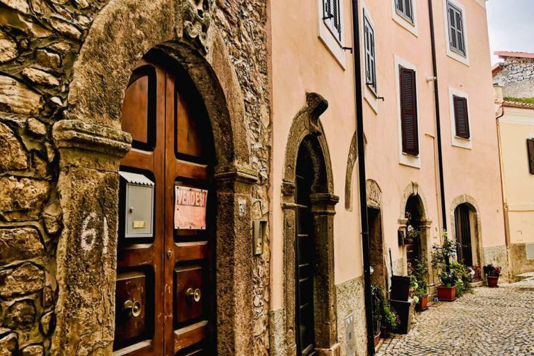 Otro pueblo medieval de Italia empieza a vender casas por un euro