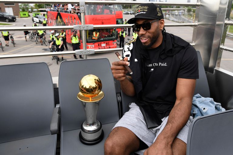 Locura en Toronto: Kawhi Leonard con el trofeo de MVP de la final de la NBA