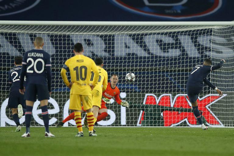 Kylian Mbappé puso el 1-0 de penal para el PSG, cuando Barcelona hacía méritos para estar en ventaja