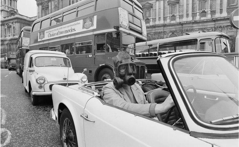 Un conductor lleva una máscara de gas anticontaminación en 1971.