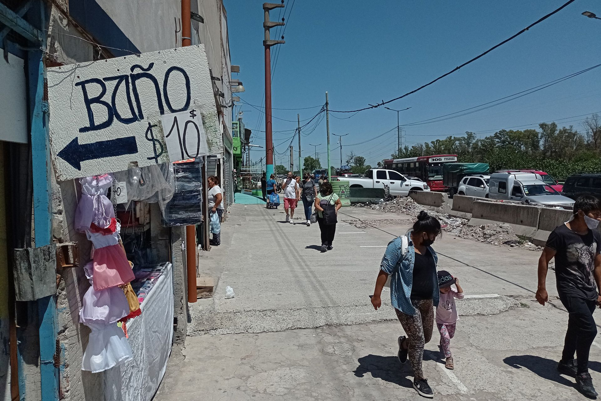 Las calles aledañas a La Salada, sin la intensidad de épocas mejores para las ventas; el acceso pago a los baños de locales, una característica de la feria que se mantiene