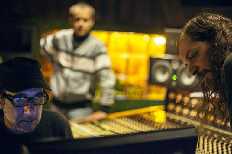 Yuri Venturín  (asomado a la derecha) durante la grabación del último disco de la Fernández Fierro