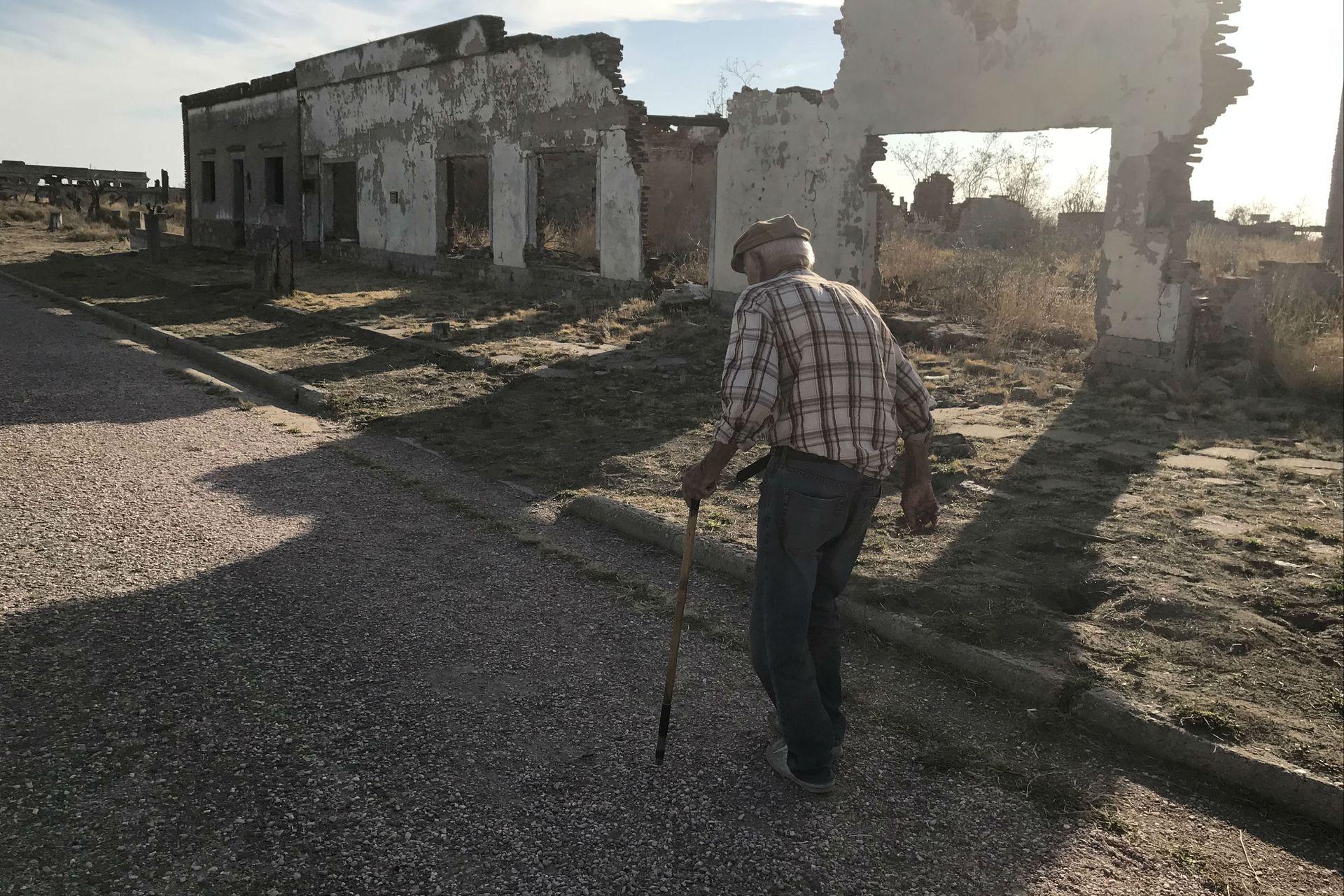 Novak camina entre las ruinas del pueblo