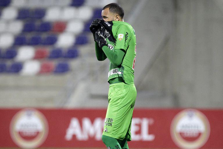 Everson, arquero del Atlético Mineiro, afectado por los gases lanzados en las afueras del Romelio Martinez en Barranquilla