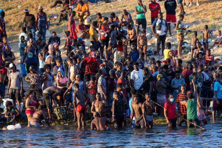 Migrantes mayoritariamente haitianos, junto al río Grande