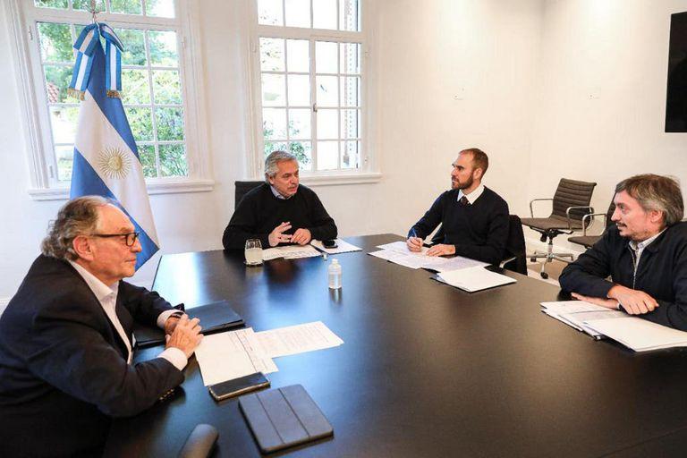 Carlos Heller y Máximo Kirchner, impulsores del impuesto en el Congreso, junto al Presidente y el ministro Martín Guzmán