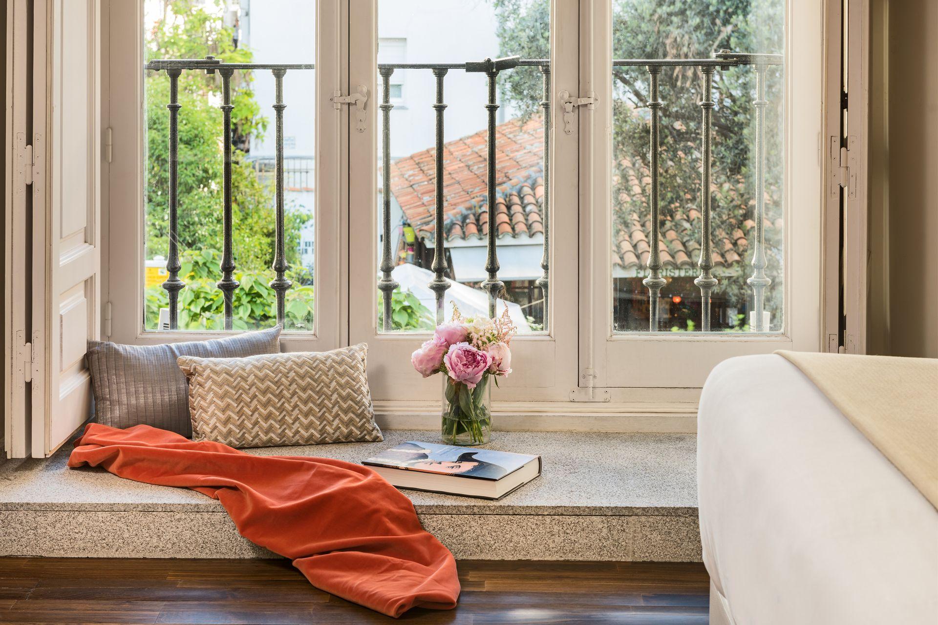 Textiles envolventes para contemplar la vista desde el hotel Palacio de Tepa en Madrid