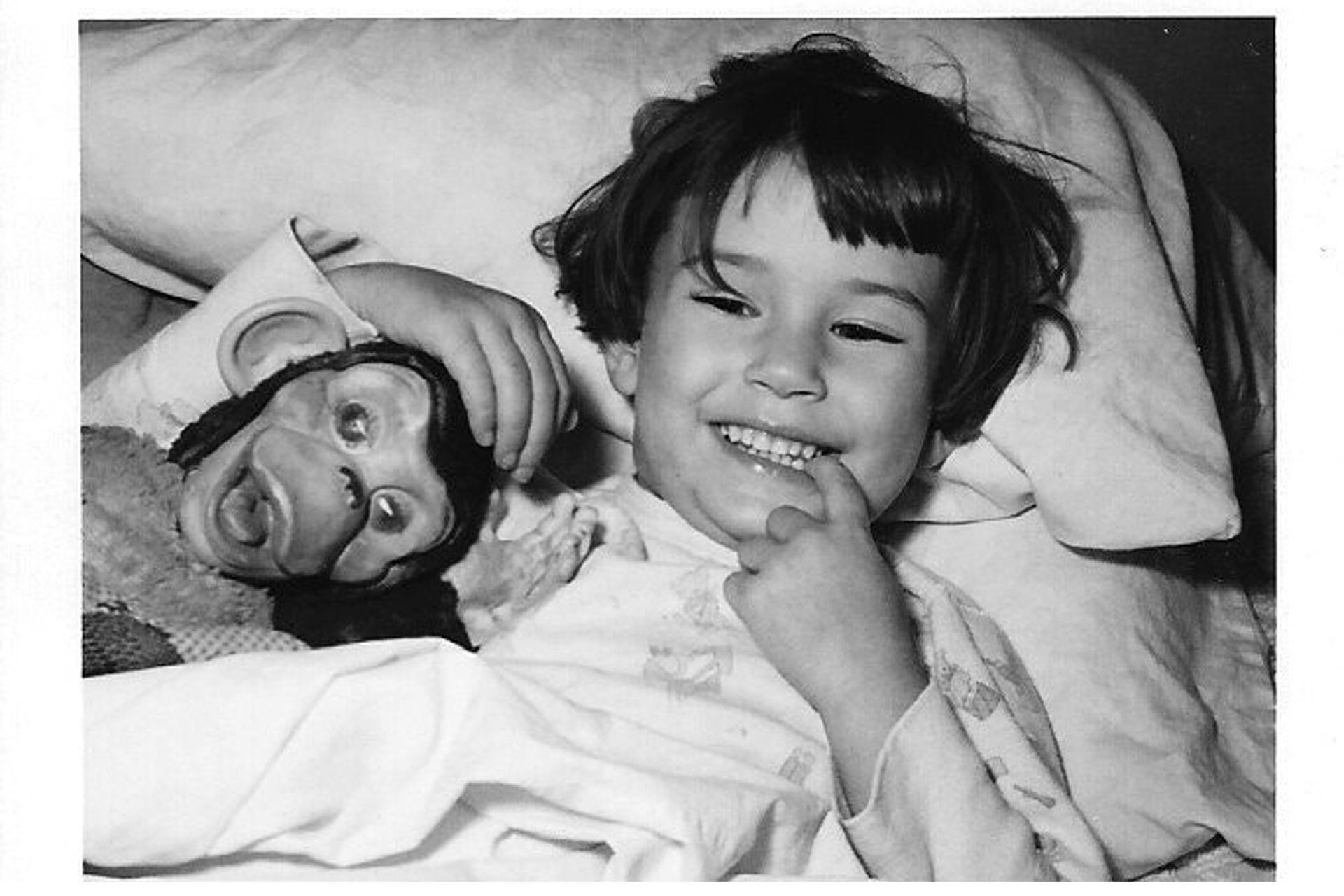 """Demi Moore, en una foto de su infancia, con su """"amado mono"""""""