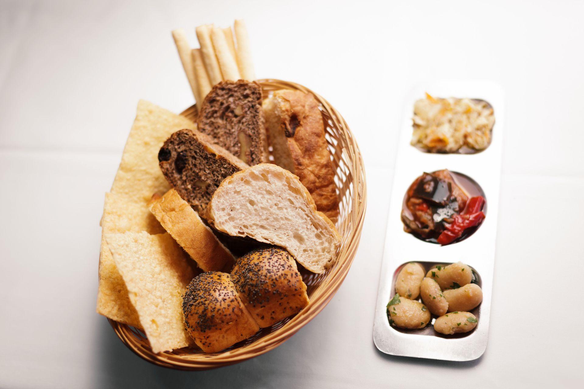 En Fervor, el pan es un gran protagonista de la comida; su canasta mágica ofrece desde ciabatta a un pan integral de nueces y pasas de uva.