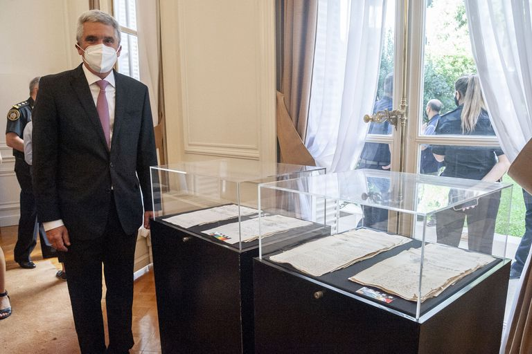 El Embajador de Perú Peter Camino Cannock junto al manuscrito que la Argentina restituyó a su país.