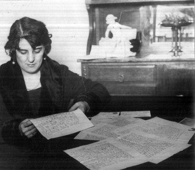 Catita Raventós leyendo una carta de Florencio Sánchez. Se casaron en 1903.