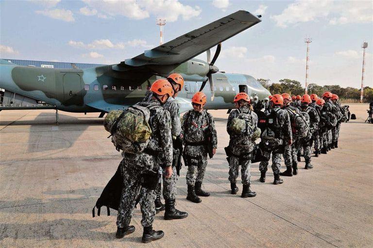 Bomberos de la Fuerza Nacional brasileña, ayer, al partir a Rondonia