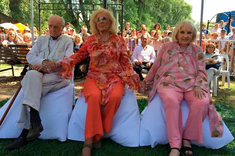 Los tres hermanos en Villa Cañás, en una de sus últimas visitas a su pueblo natal