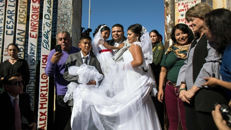 Contra el muro: un estadounidense y una mexicana se casaron en la frontera pese a Donald Trump