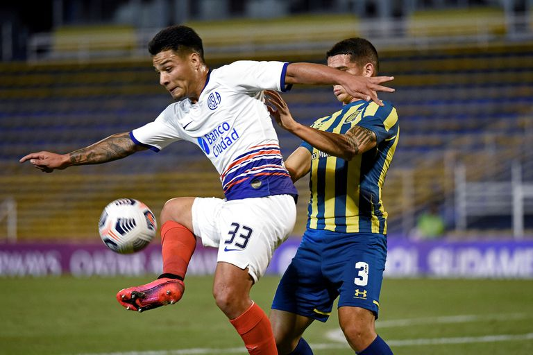 Rosario Central's Lautaro Blanco (R) and San Lorenzo's Alexander Diaz vie for the ball during the Copa Sudamericana football tournament all-Argentine group stage match at the Gigante de Arroyito stadium in Rosario, Argentina, on April 28, 2021. (Photo by MARCELO MANERA / AFP)