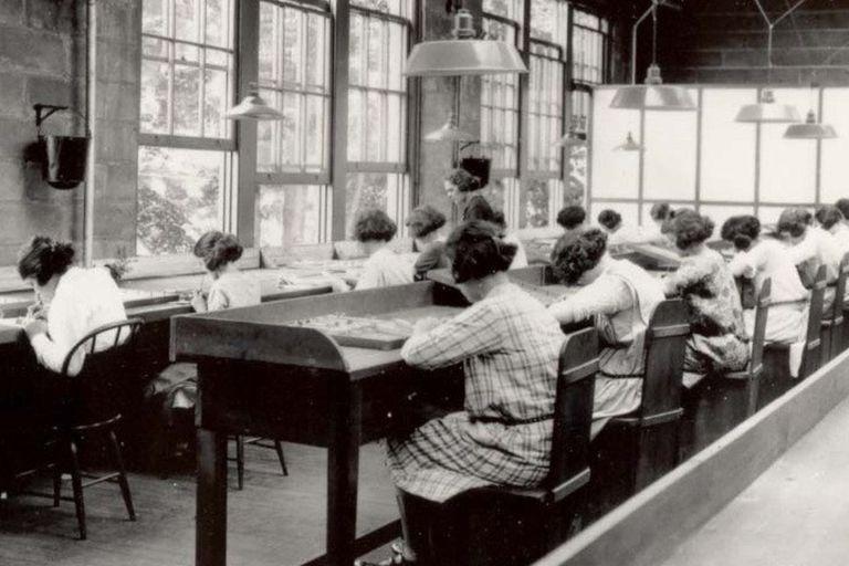 Las mujeres se dedicaban a pintar los números y las agujas de los relojes con una pintura luminosa hecha a base de radio, un elemento químico que les destrozó la vida