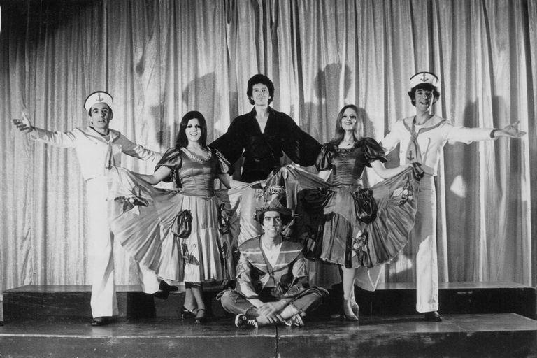 La vuelta manzana, en 1975-76: Hugo Midón (abajo sentado), junto a Ricardo Martínez Paz, Cristina Banegas, Oski Pimentel, Ivonne Fournery y Héctor Da Rosa