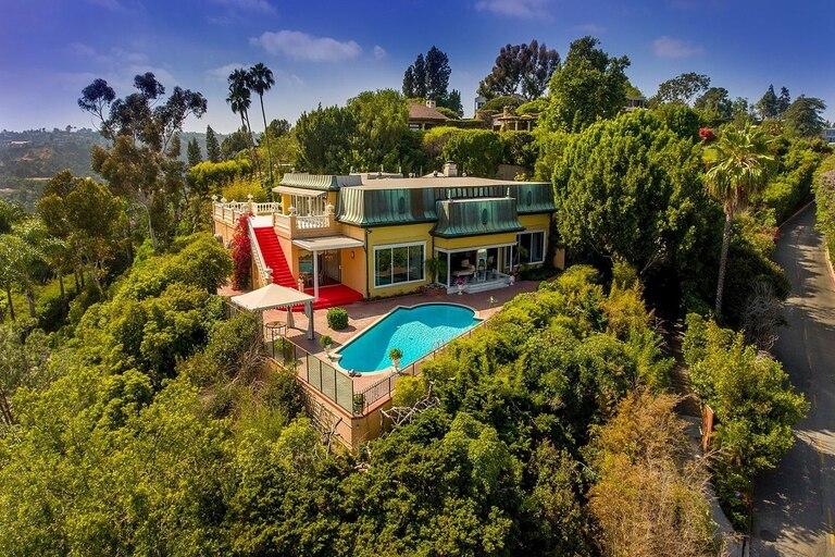 La mansión en Bel-Air que perteneció a Zsa Zsa Gabor es amarilla con escaleras rojas y se vendió en siete días