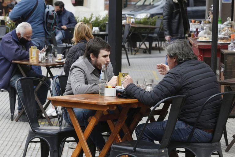 El bar Sans de Palermo volvió a servir sus platos en la vereda