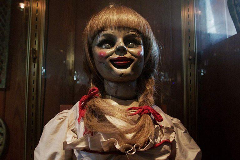 La primera aparición de Annabelle, en la película El conjuro (2013), que luego desarrolló su propia serie de películas terroríficas