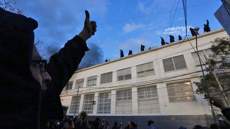 Los trabajadores en el techo de la fábrica resisten para no ser desalojados