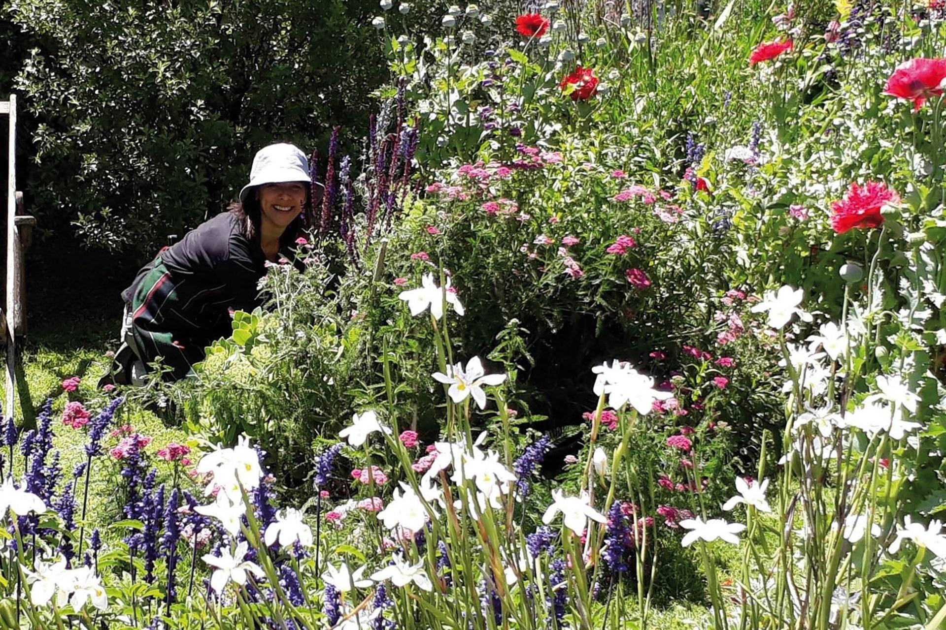 Silvina Antelo da talleres de control biológico, de calendario biodinámico y de siembra. Además se dedica a la producción de semillas y plantines con su emprendimiento savbiasemilla.