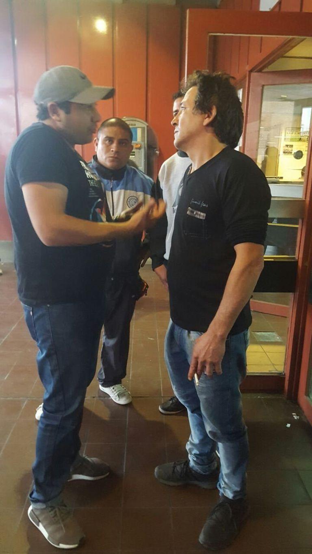 Un testigo habla con Raúl Balbo (derecha)