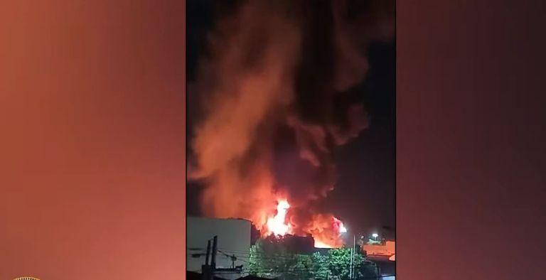 Impactante incendio en una fábrica de colchones