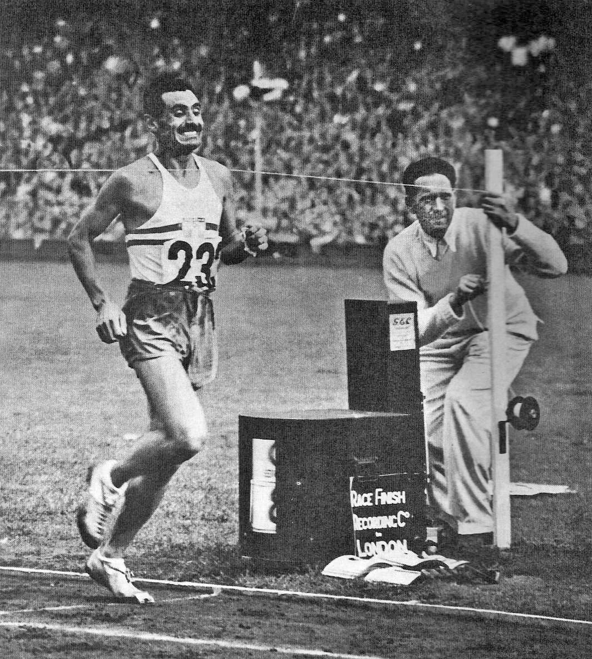 El bombero Delfo Cabrera cruza la meta en primer lugar. Obtuvo la medalla dorada en la Maratón.