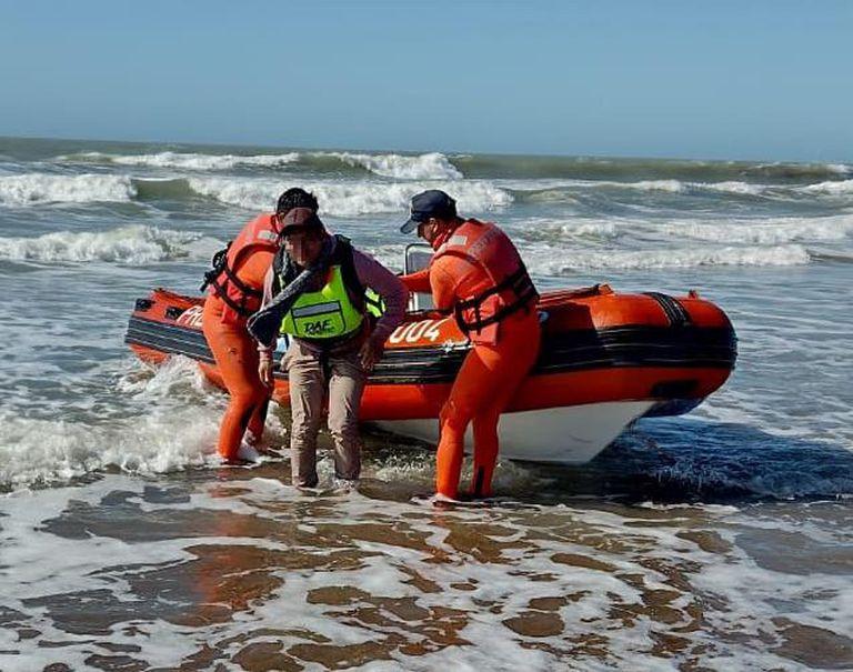 Valeria del Mar: un kayakista fue rescatado luego de sufrir una emergencia y no poder volver a la orilla.