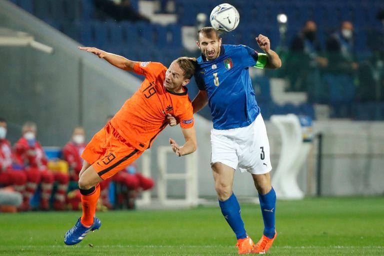 Luuk de Jong y Giorgio Chiellini disputan la pelota en la igualdad 1-1 entre Italia y Holanda