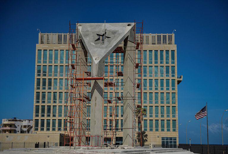 Vista de una enorme bandera cubana de hormigón que se construida frente a la embajada de Estados Unidos en La Habana